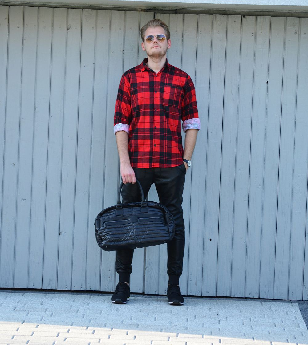 Red pattern shirt Aloha from Deer, Black leather pants Zara, sporty black sneakers Pull & Bear, black quilted sporty bag Zara, glasses Ray-Ban Aviator